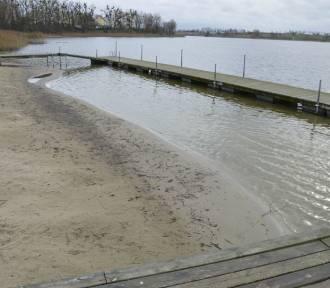 Niezwyczajnie niski poziom wody w jeziorze Zajezierskim - widoczny na plaży miejskiej [ZDJĘCIA]