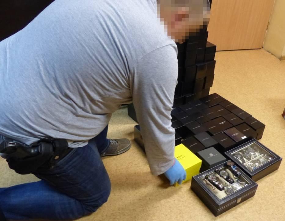 Policja w Kaliszu zatrzymała 56-letniego mężczyznę, który handlował podrabianymi zegarkami