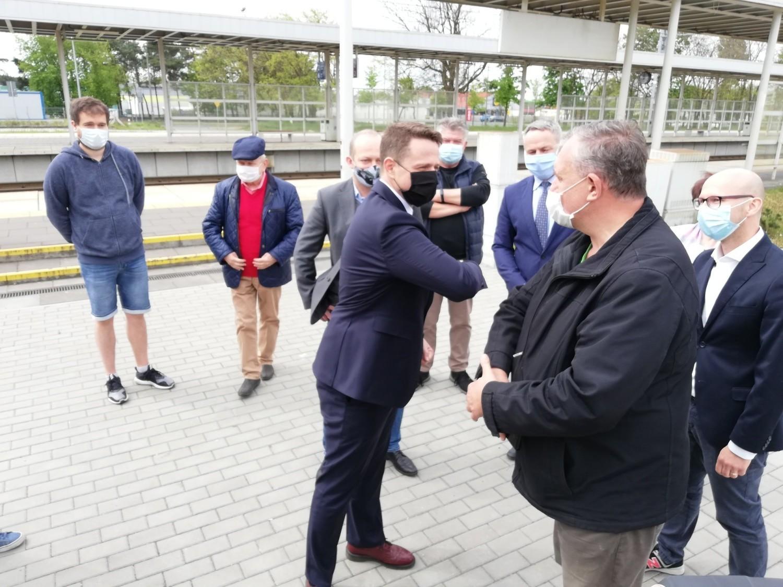 Podczas konferencji padło, między innymi pytanie o styl i pomysł na kampanię wyborczą Rafała Trzaskowskiego i o spadające - jak wynika z ostatnich sondaży - poparcie dla Andrzeja Dudy