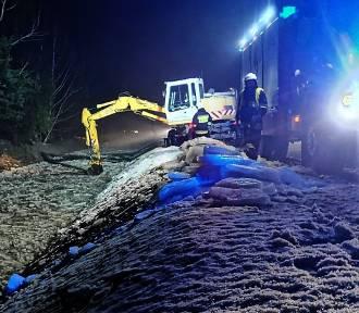 Strażacy walczyli z zatorem lodowym nawet w ciemnościach nocy