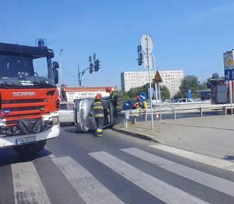 Kolizja w Świętochłowicach. Auto przewróciło się na bok