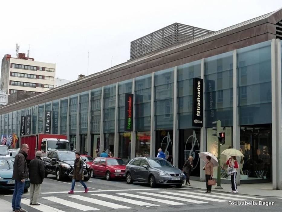 A Coruña, Plaza de Lugo - tu mieści się wielka hala targowa, trzypiętrowa, gdzie mieszczą się stoiska z rybami i owocami morza, mięsne, warzywno-owocowe i piekarnicze