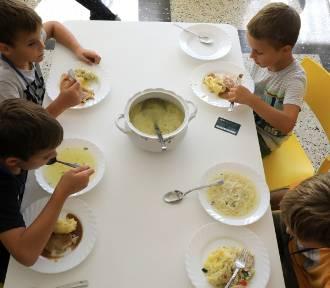 Kto nakarmi dzieci z gminy Oleśnica?