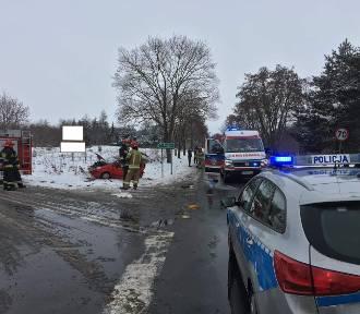 Zderzenie dwóch samochodów w gminie Poddębice ZDJĘCIA