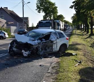 Zderzenie trzech samochodów w Wojnowicach. Droga była zablokowana FOTO