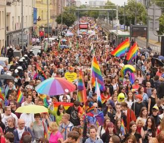 """Abp Gądecki nie zgadza się na zbiórki podpisów pod projektem """"Stop LGBT"""" w parafiach"""