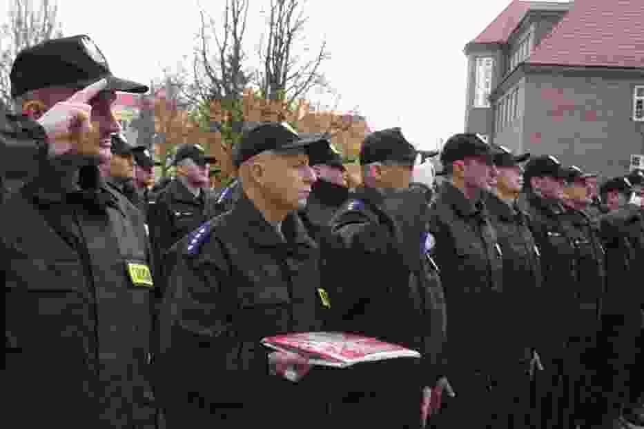 Jednostka Specjalna z flagą narodową, która powiewać będzie na maszcie polskiej bazy w Kosowie