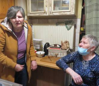 -Siadam i płaczę - mówi chora Krystyna Ulatowska, która chce żyć w lepszych warunkach
