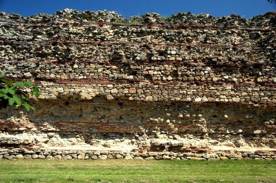 O starej historii miasta świadczą zachowane ruiny murów