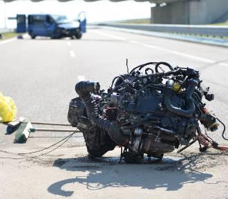 Wypadek na autostradzie A4. Z busa wypadał silnik