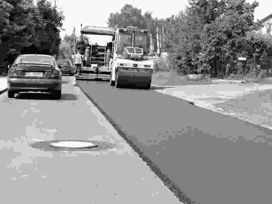 Ciężki sprzęt i ekipy drogowców wciąż utrudniają przejazd między Brzezinami a Andrespolem