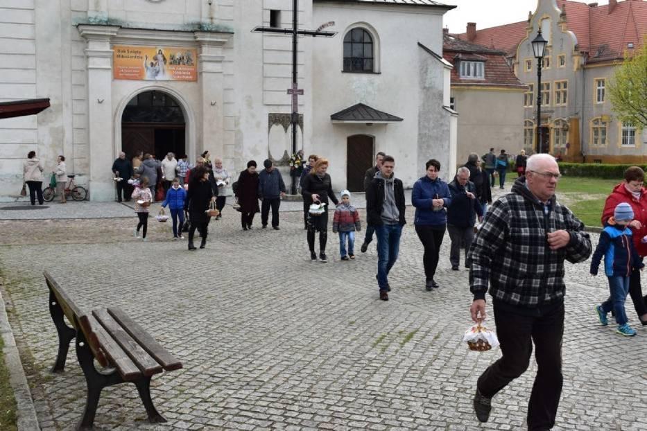 Wielkanoc. Tak wyglądało święcenie pokarmów w Krośnie Odrzańskim w poprzednich latach. Jak wyglądają wasze koszyki? Pochwalcie się!