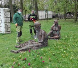"""Rzeźba """"Śniadanie na trawie"""" z Doliny Trzech Stawów zostanie odnowiona"""