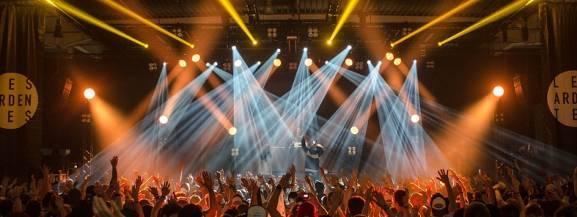 """1 lutego 2019 na warszawskim Torwarze wystąpi jeden z najlepszych zespołów tworzących muzykę elektroniczną.[b] Years & Years[/b] mogą pochwalić się sporym doświadczeniem scenicznym. Występowali na licznych festiwalach (m.in. Bestival, Latitude czy Tauron) i supportowali Sama Smitha. Muzycy są także zwycięzcami prestiżowego plebiscytu BBC Sound. Ich płyta  """"Communion"""" była jedną z najbardziej oczekiwanych premier tego roku. Bilety na koncert można kupić od 139 zł.  [b]Kiedy i gdzie:[/b]1 lutego 2019 o 19:00 – 22:00, COS Torwar."""