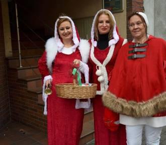 Mikołajki w Chodzieży: Rada rodziców ze szkoły w Strzelcach częstowała mieszkańców cukierkami