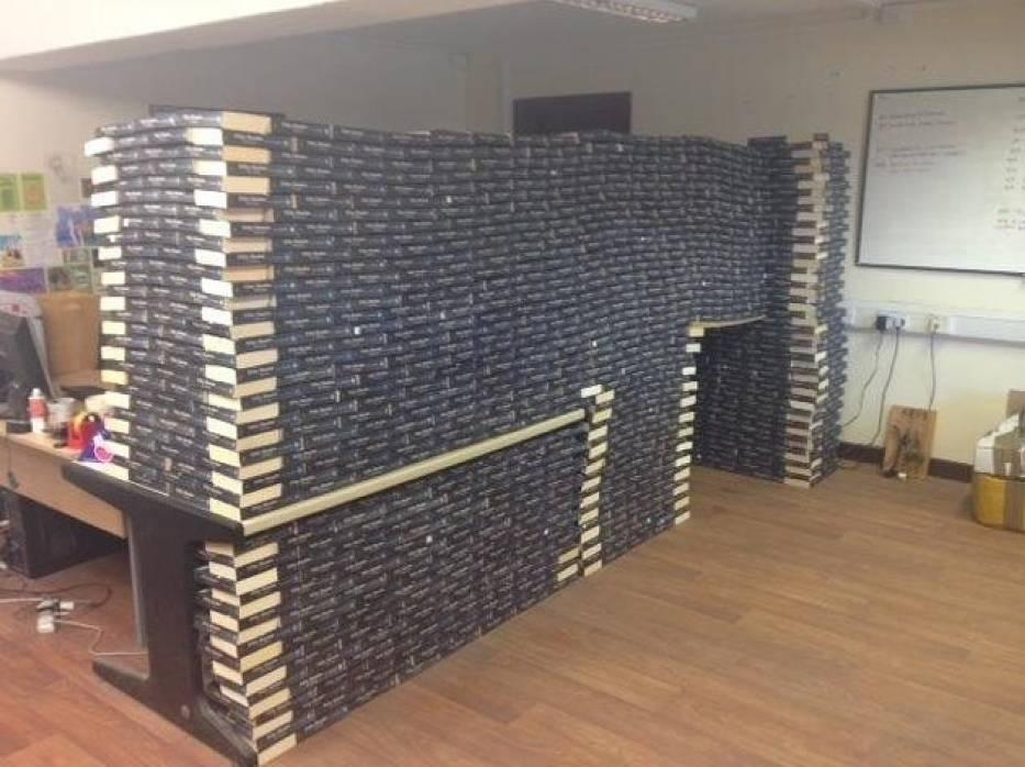 Nie przysyłajcie nam już Grey'a! Księgarnia apeluje i robi ścianę z książek