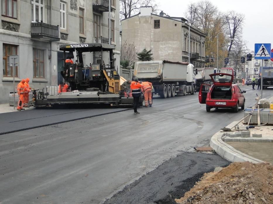 Budowa ulicy 25 Czerwca w Radomiu. Maszyny układają ostatnią warstwę asfaltu. Zobaczcie zdjęcia