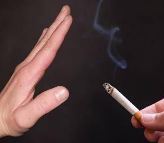 Miłośnik tradycyjnych papierosów przepala 6,5 tys. zł rocznie. A ile przepali w 2022?