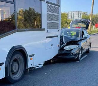 Zderzenie osobówki z autobusem w Dąbrowie Górniczej. Kierowca się zagapił?