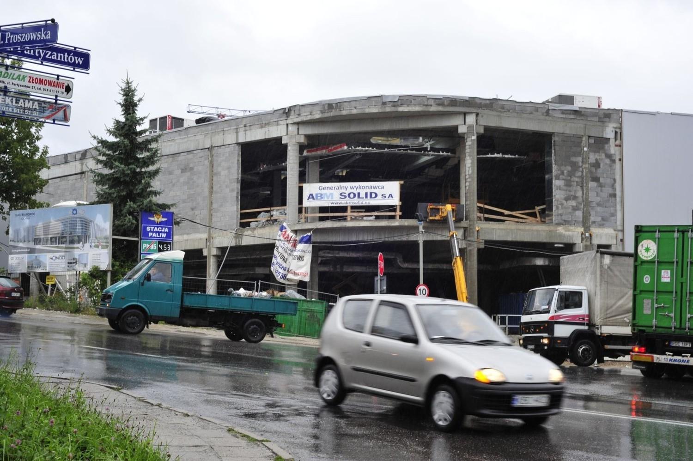 Początkowo zakładano, że budowa bocheńskiej galerii nie zostanie zakończona przed oddaniem ronda