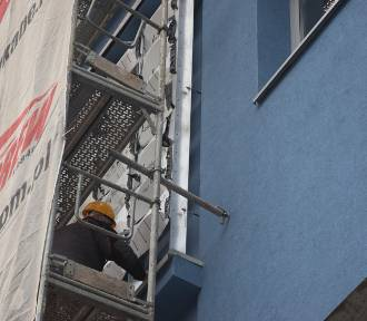Skarbek z nowymi łuskami! Trwa remont elewacji Domu Handlowego ZDJĘCIA