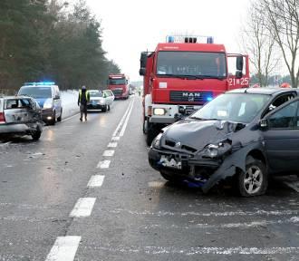 Zderzenie trzech samochodów koło Rychnów. Dwie osoby trafiły do szpitala  [zdjęcia]