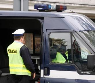 Gołąb: Renault wypadło z drogi i dachowało. Kierowca miał dwa promile alkoholu