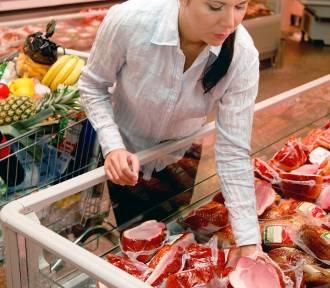 Nawałnica na Pomorzu. Inspektorzy sprawdzają czy nie sprzedają przeterminowanej żywności