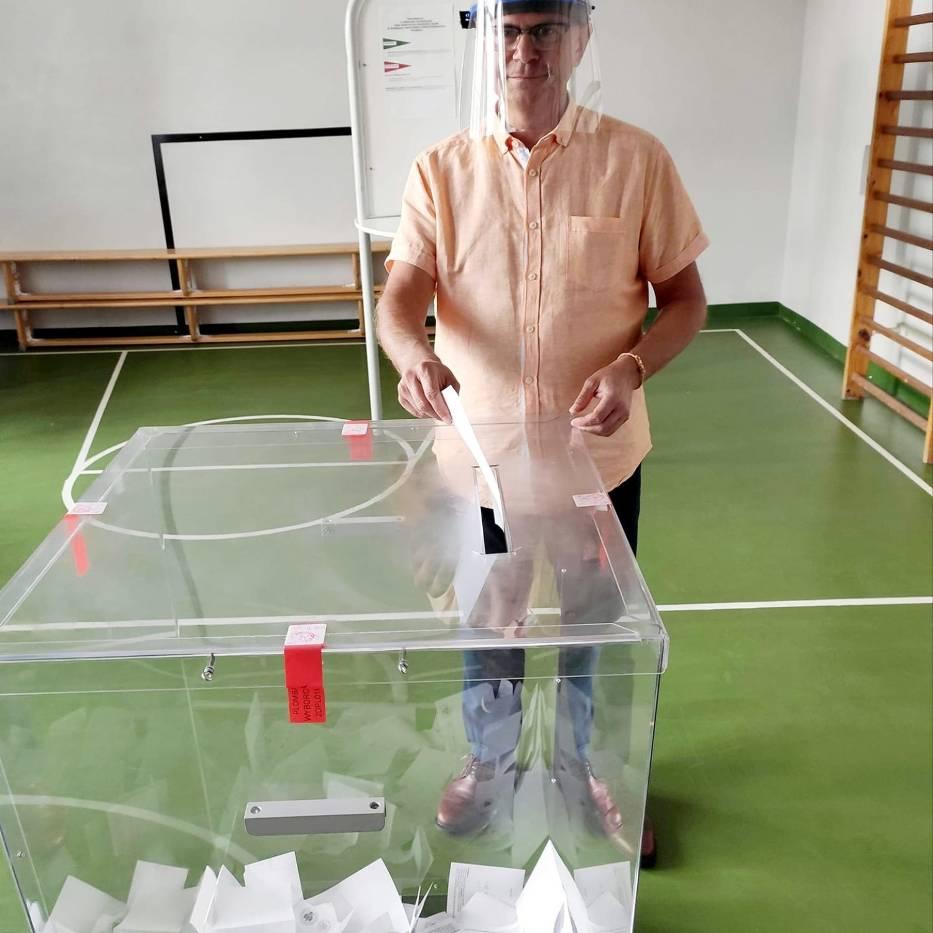 Burmistrz Chodzieży Jacek Gursz podczas głosowania w II turze