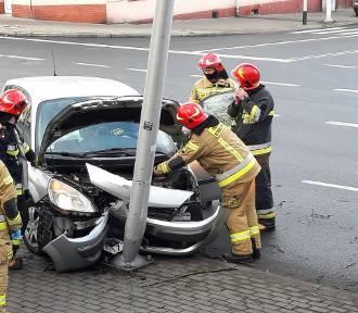 Kalisz: Kolizja na ulicy Harcerskiej. Samochód uderzył w latarnię. ZDJĘCIA