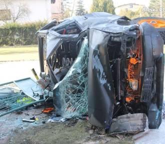 Pościg ulicami Lublińca za odurzonym kierowcą zakończył się wbiciem auta w ścianę domu