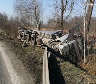 Ciężarówka wypadła z drogi na ul. Nad Rudą. Droga była zablokowana