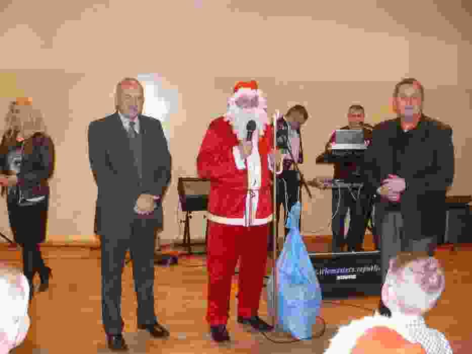 Święty Mikołaj z organizatorami: Renatą Olszańską, posłem Zbigniewem Paceltem i Pawłem Celebańskim