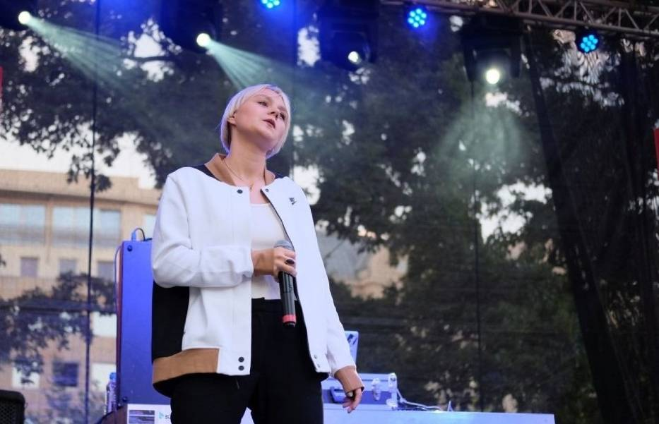 Festiwal otworzy Rosalie, polsko-niemiecka piosenkarka i kompozytorka reprezentująca nurt współczesnego R&B