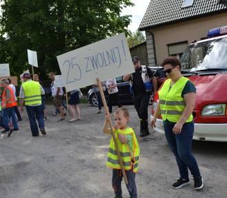 Blokada drogi krajowej nr 25 w Ose w gminie Międzybórz (GALERIA)