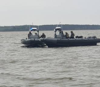 Poszukiwania dwóch zaginionych osób, które wypłynęły na jezioro