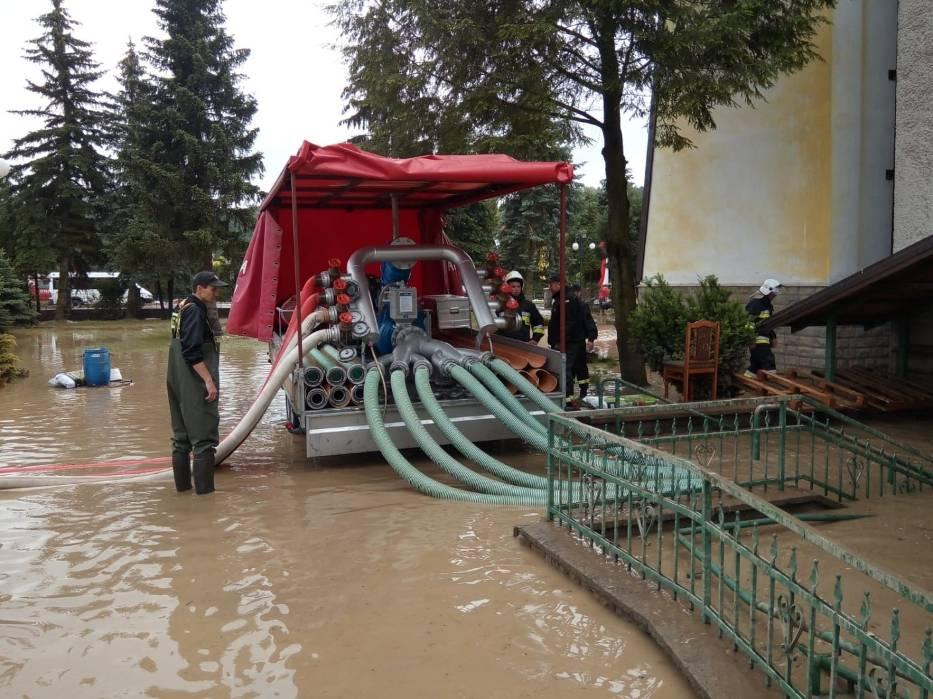 Działania strażaków polegają w tym momencie przede wszystkim na wypompowywaniu wody z piwnic i zastoisk