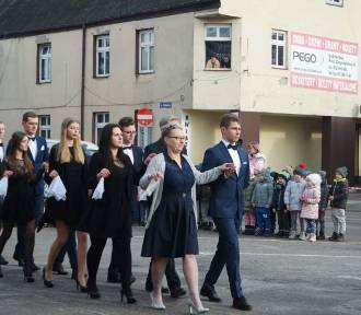 Maturzyści zatańczyli poloneza w centrum miasta