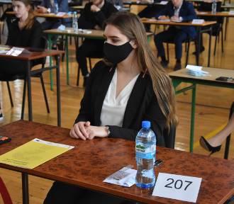 Matura 2020 w Jastrzębiu-Zdroju: Abiturienci ZS nr 6 walczą dziś z matematyką. Zobaczcie zdjęcia!