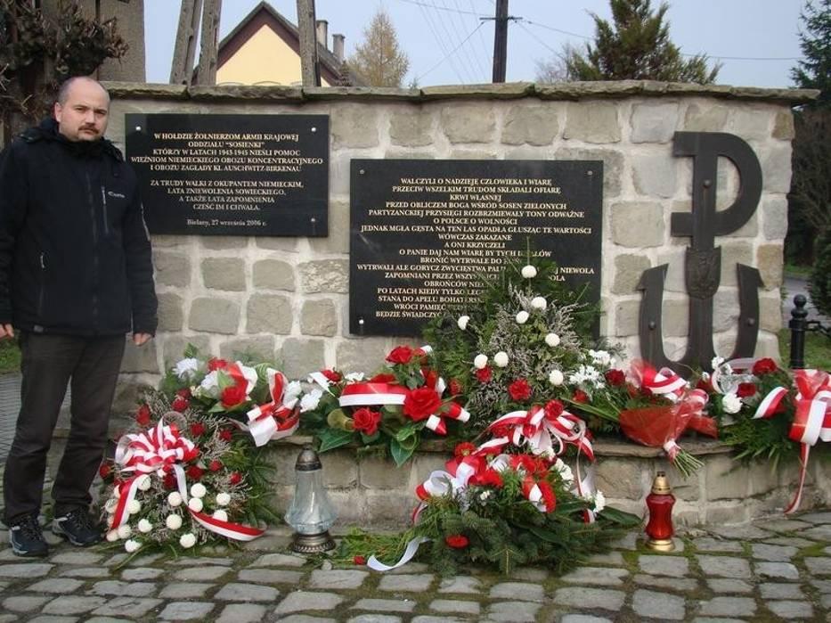 Marcin Dziubek przed pomnikiem w Bielanach