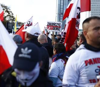 Antycovidowcy razem z kibolami protestują w Warszawie