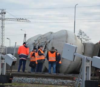 Wypadek kolejowy w Łowiczu. Wykoleiły się dwa wagony [ZDJĘCIA]