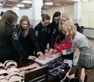 Z uczennicami ZSP 4 w Malborku o profilaktyce raka piersi i zaletach brafittingu