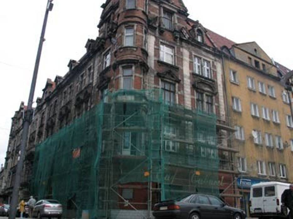 Fasady wielu budynków stojących w ścisłym centrum miasta są w złym stanie