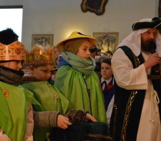 Orszak Trzech Króli w Żukowie  - złożenie darów i kolędowanie w kościele ZDJĘCIA CZ.3, WIDEO