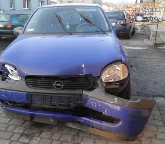 Kierujący oplem uszkodził dwa auta i uderzył w betonowe schody [FOTO]