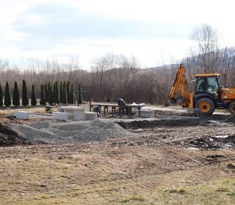 Łącko. Rozpoczęto budowę Miejsca Obsługi Rowerzystów.Będzie można odpocząć a nawet rozpalić