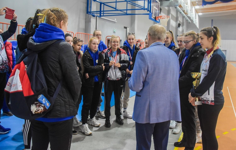 """Brązowe medalistki Mistrzostw Wielkopolski kadetek wraz z prezesem """"Szamotulanina"""", Wiesławem Małyszką"""