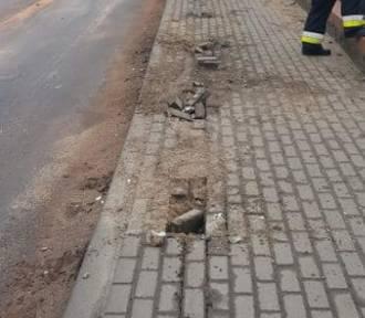 Auto osobowe pędziło przez Kamionnę i rozbiło się na barierkach