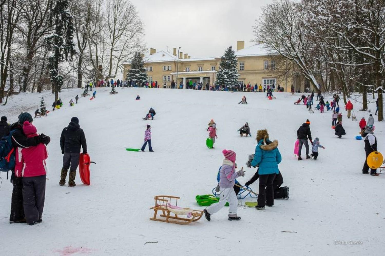 """Park Sanguszków - """"Diabla Górka"""", przed pałacem, obecnie siedzibą ZSEO"""